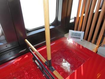 奥に入ると、何と、足湯が!石張りの小上がりに赤い湯船。車窓の移りゆく景色を眺めながら足湯が楽しめるなんて、ここでしかできない体験です。ジェットバスになっている足湯なので心地よさは抜群。まさに至福のひと時です。
