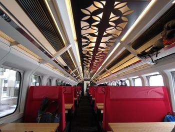 天井の装飾も可愛らしく、かつ赤い座席シートの上に黒のレリーフで、ちょっとモダンな装いです。
