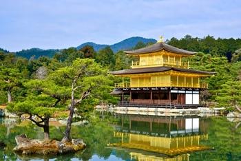 西芳寺の庭園は、後に建立された金閣寺や銀閣寺などの庭園の原形になったともいわれています。そして、1994年には見事、世界文化遺産「京都の文化財」のひとつにも選ばれ、国内外の観光客に愛される存在になったのです。
