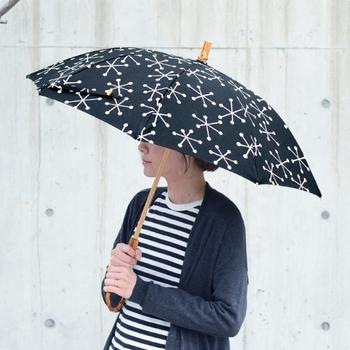 天然素材の風合いを大切に、一本一本職人が丁寧に作り上げる「SUR MER(シュールメール)」の傘。雪の結晶と名付けられたこちらの一本は、雨の日も晴れの日も使える晴雨兼用。北欧テイストのデザインも素敵で、竹で作られた持ち手も大人の女性にぴったりなデザインです。