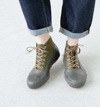 一人一人に心地よい靴を目指すmade in 久留米のシューズブランド「moonstar(ムーンスター)」。キャンパス地とラバーを貼り合わせて作られたこちらのレインシューズは、どんな天気にも対応できる一足です。雨の日でも晴れの日でも気兼ねなく使えて、汚れも落としやすいのでアウトドアにもおすすめ。場面を問わずに使える、扱いやすく履きやすいレインシューズです。