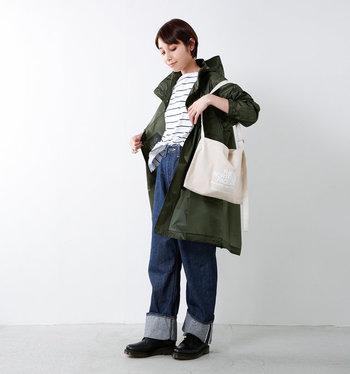 アウトドアからファッションまで、幅広い層に人気の「THE NORTH FACE(ザ ノースフェイス)」のスタンドカラーライトニングコートは、モッズコート風のデザインがおしゃれ。軽くて耐水性も抜群で、普段使いにも違和感なく活用できるのがポイント。