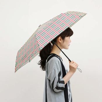 ユニセックスで使える「Danke(ダンケ)」の折り畳み傘は、北欧テイストのテキスタイルがおしゃれなアイテム。傘の収納袋には吸水素材が使われているので、バスや電車に乗る時でも安心して濡れた傘をしまうことができますよ。