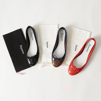 1947年に創設した、パリのファッションブランド「repetto(レペット)」。ブランドのアイコンともなっている人気モデル「Cendrillon(サンドリオン)」を、雨の日でも履ける素材で作ったすっきりスマートなレインバレエシューズ。気に入ったデザインのレインシューズがなかなか見つからないという人にも、ぜひおすすめしたいアイテムですね。
