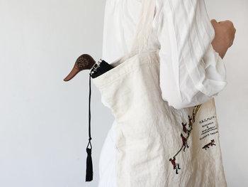 フランスの伝統的な傘ブランド「Guy de jean(ギ ドゥ ジャン)」で人気のアニマルモチーフの折り畳み傘。ハンドル部分がアヒルやうさぎなどの動物の顔になっていて、カバンからちらりと覗かせてもキュートですよね。