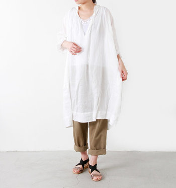 白のシャツワンピースに、ベージュのパンツとレース付きの白タンクトップを合わせた着こなしです。白シャツの薄さをインナーでしっかりカバーしつつ、レースのちら見せで女性らしさもプラス。ラフなのに華やかさもアピールできるので、来客がある日のオフコーデとしてもおすすめです。
