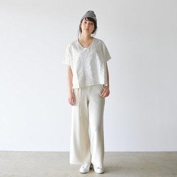 女性らしいVネックが印象的な、白のプルオーバーブラウス。ホワイトのパンツと合わせて、ワントーンコーデに仕上げています。ゆったりシルエットで着用できるブラウスは、下に薄手のカットソーなどをレイヤードするスタイルも楽しめそうですね。