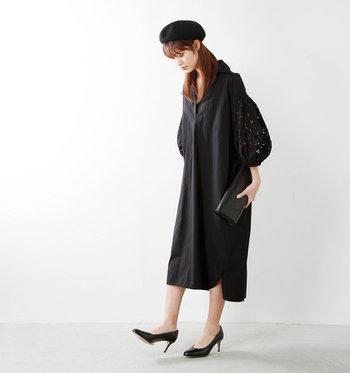 袖コンシャスな華やかな黒のシャツワンピース。重たい印象の黒ワンピースも、レースの透け感が合わさるだけで、程よい軽やかさがプラスされます。パンプスや帽子などの小物を黒でまとめても、スッキリした印象に。