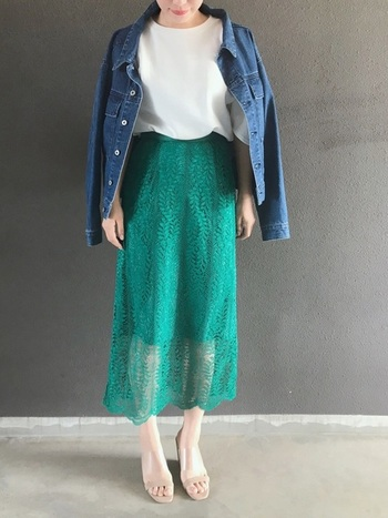 色鮮やかなグリーンのレーススカートを、白トップスとデニムジャケットに合わせたスタイリング。シンプルアイテム同士を組み合わせているからこそ、ボトムスで少し冒険してみるのもアリですよね。春夏らしい爽やかな着こなしの完成です。