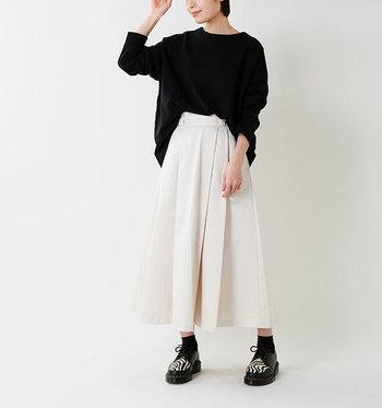 ゆったりした黒スウェットに、薄いベージュ系のロングスカートを合わせて。ウエストは前の部分だけをインすることで、ゆるゆるとした印象をスッキリ見せることが可能。足元にアクセントを持たせれば、シンプルなのにこなれ感のある大人カジュアルコーデの完成です。