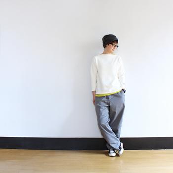 ボートネックがポイントの白スウェットに、ゆったりパンツを合わせたボーイッシュな着こなし。トップスの裾からは、イエローのインナーをあえてちら見せしています。シンプルなコーディネートにちょうど良い差し色になっていて、カジュアルスタイルがグッとおしゃれに格上げされていますね。