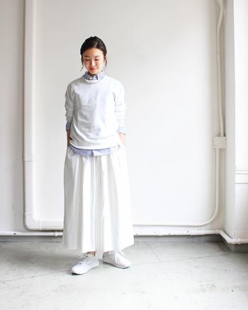 薄手のスウェットトップスは、インにシャツをレイヤードしたかっちりスタイルで。ボトムスもスウェットと同色のスカートを合わせて、ちらりと見えるシャツの色がアクセントになった爽やかコーデの完成です。