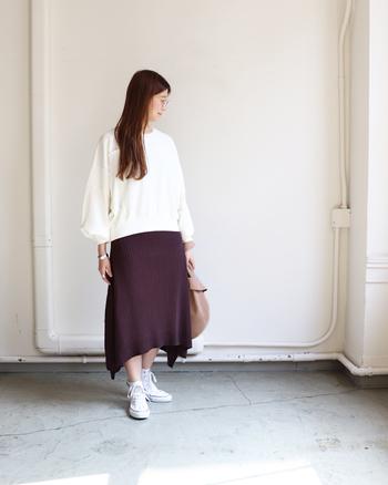 袖にふくらみを持たせたシルエットが特徴的な、白のスウェットトップス。ボルドーのニットスカートと合わせて、シンプルなのにトレンド感のある着こなしに仕上げています。白スウェットは、合せるのが難しいと感じるボトムスとも相性抜群なのが嬉しいポイントですよね。