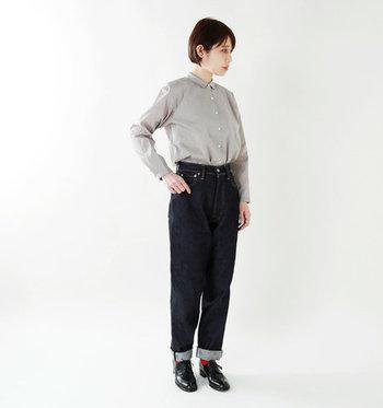 ハイウエストボトムスは、履くだけで腰の位置が高く見えるようなデザインになっています。つまり実際のウエストよりも少し上にウエストラインがくるので、腰の位置が高くなって脚がスラっと長く見えるという訳です。