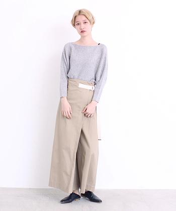 巻きスカートの様なデザインが特徴的な、ラップワイドパンツ。グレーのトップスをボトムスインして、シンプルで上品な着こなしに。ベルトなどのアクセントが付いているとボトムスインがスッキリ決まるので、ハイウエストアイテム選びの参考にしたいですね。