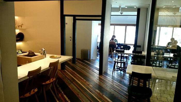 「たすき」の店内は外観の和の雰囲気から一転、スタイリッシュで洗練された空間。店名の通り、昼間でもお酒が頂けるカフェとなっています。夜はバーとなるお店にはカウンターもあり、斜めの木目の床がお洒落です。