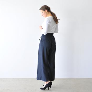 ミニマムさんにとって、ロングボトムスを履く時にヒールが欠かせないという人は多いはず。そんなヒールシューズとハイウエストボトムスの相性は良く、頭のてっぺんからつま先までを長く見せることが可能です。そうすれば身長が高く見えて、スタイルアップ見せにも繋がりますよね。