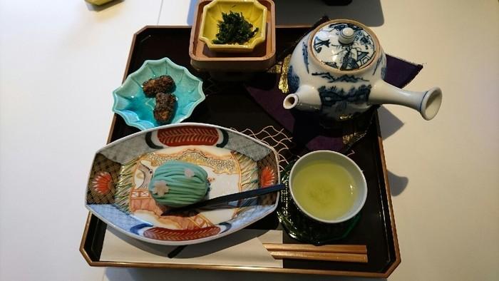 お茶と和菓子のセットもおすすめ。季節の和菓子の中からひとつセレクトし、日本茶とともにいただきます。夜のバーでは、お茶をベースにしたオリジナルカクテルも楽しめますよ。  リサイクル品でもあるアンティークの器などがどれも素敵で、そこも見どころのひとつ。