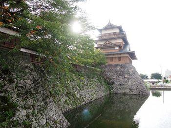 1598年に築城された高島城。城の際まで諏訪湖の水が迫り、湖上に浮いて見えたことから「諏訪の浮城」とも呼ばれたお城です。明治維新で廃却され、一時は石垣と堀のみになりましたが、地元の人々の要望により天守閣や門などが現在までに再建されました。