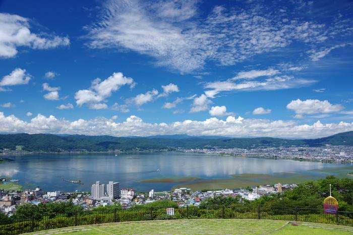 都内から車で約2時間半、新幹線・電車利用でも約3時間ほどで行ける、長野県中央部の諏訪市。 この諏訪は、諏訪盆地と、それを取り囲む八ヶ岳・霧ヶ峰といった山々からなる地方で、その諏訪盆地の真ん中にある「諏訪湖」は、信州一の大きさ!晴れた日に眺める景色はこのように壮大で、爽快な気分を味わえます。  今回は、この「諏訪湖」周辺エリアへ、ショートトリップをご提案♪もちろん、一番のお目当ては…。