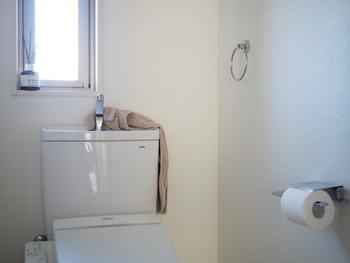 なるべくこまめにやりたいトイレ掃除。手拭きタオルを取り替える前に、タオルホルダーや手洗いの水栓部分などをサッと拭くと、それだけでも立派な掃除に。