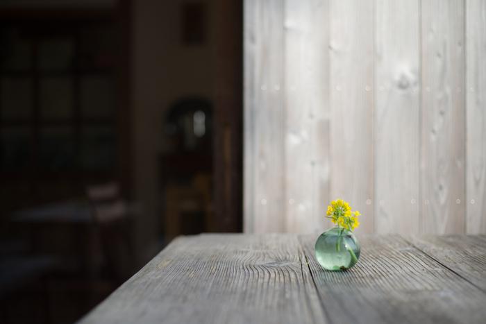 ころんとした丸みを帯びた一輪挿しは、ちいさな野の花がよく似合います。お庭で咲いたお花や道端の雑草でも、こんな一輪挿しがあれば飾ってあげたくなりますね。