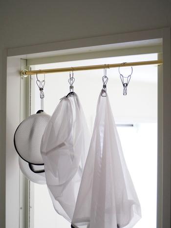 ランドリースペースに、収納を兼ねて洗濯ネットを吊るして干しておくと便利です。