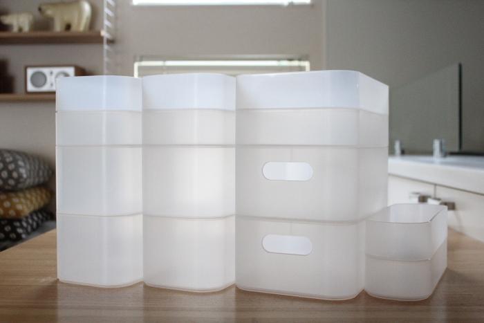 使いやすいと評判の、ダイソーの収納ボックス。深型、浅型、大きさもさまざまで、入れる場所やモノに合わせてサイズを選べるから便利です。