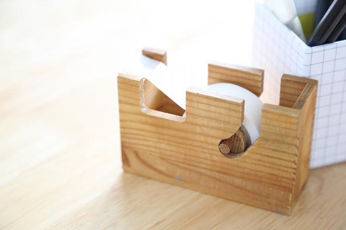 なんと、こちらのマスキングテープカッターも、セリアのもの。木製だから、使い込むほど良い味わいになるのがポイント。