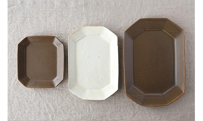 滋賀県甲賀市を拠点に活動する古谷製陶所による『八角プレート』。錆釉(さびゆう、画像:左と右)のマットな質感はやちむんとなじみます。また、八角形は、やちむんの大鉢や大皿が並ぶ食卓で、場所をとらずによいアクセントになってくれます。