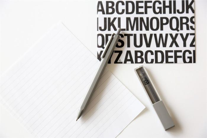 ダイソーのシンプルシャープペン。芯とのセットでコスパがいい!余計な装飾が一切ない、シンプルなグレーのボディが新鮮です。