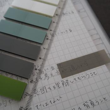 濃いめの色でも、貼った下側の文字が透けて見えます。手帳のスケジュール管理や、読みかけの本のしおりとして使うのに便利。