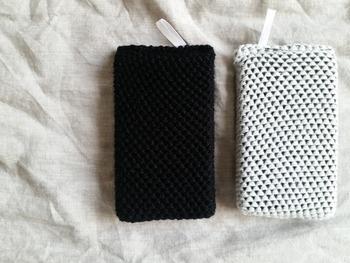 こちらはダイソーのアクリルスポンジ2個セット。カラフルなスポンジが多い中、白と黒の組み合わせが新鮮です。
