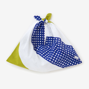 小巾の布を折って作ることから「小巾折(こはばおり)」と名付けられた袋もの。先を結んで持ち手にして使います。使わない時は小さくおりたたんでコンパクトに持ち歩けて、広げると荷物が入れられます。旅行のときに持っていけば、ついついお土産を買いすぎてしまったときなどに便利ですよ。