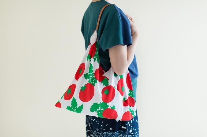 後ほどご紹介する「皮一寸」を取り付けると、肩掛けバッグとしても使えます。