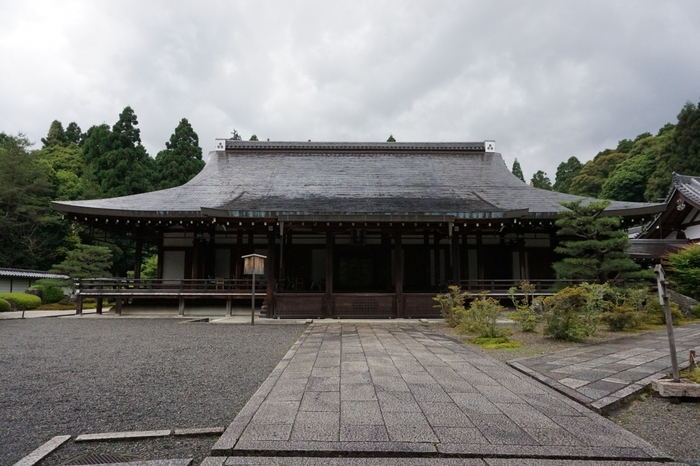 京都市西部にある松尾山の麓近くに位置する「西芳寺(さいほうじ)」は、境内が120以上もの苔によって覆われており、またの名を「苔寺(こけでら)」と呼びます。奈良時代には、この土地に聖徳太子の別荘があったとも言われ、また、室町時代には足利義満や義政が座禅に励んだ寺として知られています。