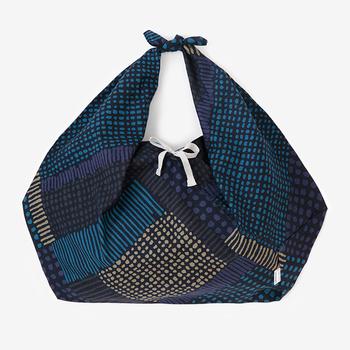 """小巾折をアレンジしたやや大判の袋もの「小巾折 穏」。""""角が取れて穏やかになる""""という言葉遊びから名付けられた通り、 底部の角を表と裏に折り返した独特の形状がポイントです。"""