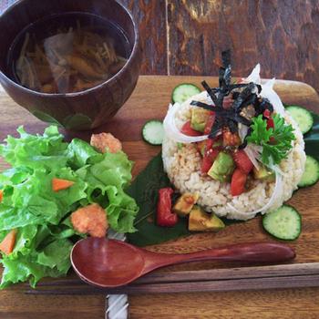 こちらでいただけるのは、ヴィーガン料理。木のプレートに盛り付けられたお料理は、旬のお野菜を中心にしていて季節感たっぷり。写真は「有機栽培トマトとアボガドのユッケ風ごはん」です。