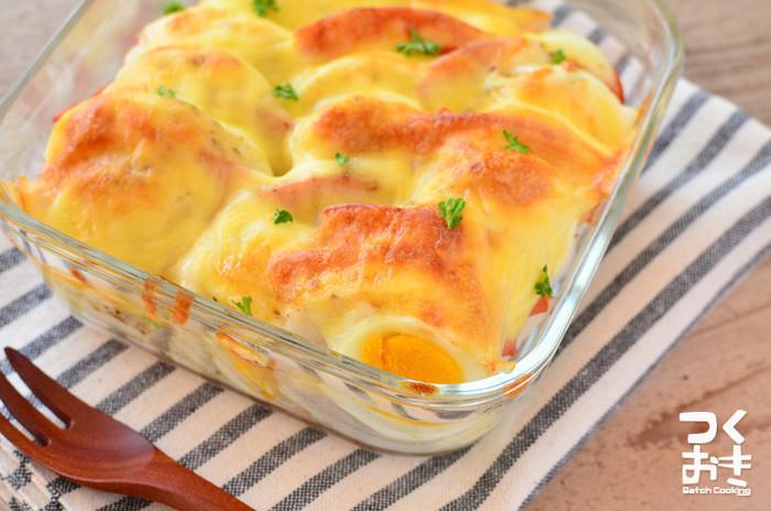 長いもと卵、ハムを使った簡単なグラタンです。お弁当に入れるときは、アルミカップで作ると見栄え良く仕上がります。耐熱容器で大きく作って、スプーンでざっくりすくい、ワンプレートに盛りつけるとカフェ風になりますね。