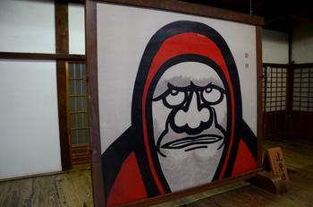 玄関正面には達磨宗である禅を象徴する「大衝立の達磨図」が置かれています。平田精耕老師の筆によるものです。