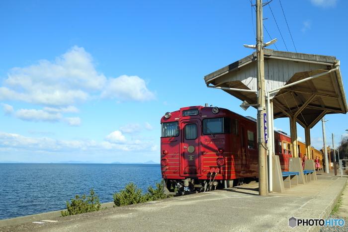 JR四国の観光列車「伊予灘ものがたり」でも素敵なおもてなしを体験できます。愛媛県の海岸沿いを走る列車で、感動を生む「鉄道旅(ものがたり)」をコンセプトに、「大洲(おおず)編」「双海(ふたみ)編」「八幡浜(やわたはま)編」「道後編」の1日4便が運行、それぞれのコースを「ものがたり」と捉えてた4編構成。時間によって表情を変える車窓からの風景と食事を楽しめます。