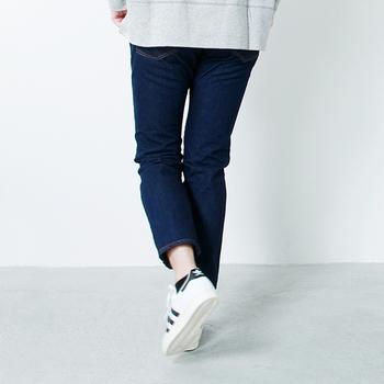1960年代前半のヴィンテージジーンズのデザインをベースにしているデニムパンツ。裾がシェイプされたテーパードタイプで、丈が短めなので足元のおしゃれが引き立ちます。下半身が気になる人は、おしりが隠れるくらいの丈のチュニックを重ねると、腿から下のラインがスリムに見えますよ。