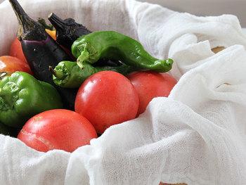 優しい素材の布巾なら、野菜など軽く水ふきするのにも活躍してくれますよ♪ 水仕事をするキッチンだから、汚れたり濡れてしまうのは当たり前。拭きもののためにも清潔な布巾をたくさん用意しておきましょう。