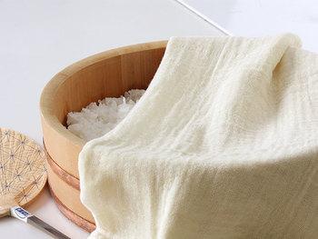 蚊帳生地ふきんは、ほどよい網目なので出汁をこすのに使える他、酢飯を冷ますときやパンを発酵させるときなどに濡らした布巾をかぶせるのも◎コツがわかれば幅広い調理のシーンで使えます。