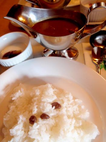 名物の「100年カレー」は、金谷ホテルが明治期から昭和初期までダイニングルームで提供していたライスカレーのレシピを再現した味だそう。甘みと酸味の中に、辛みが残る中辛カレーは絶品と評判です。