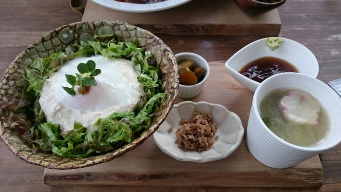 こちらでは、地元で採れた新鮮な有機無農薬野菜を使用するなど、材料にこだわり安心・安全を心掛けています。こちらの「くみ上げゆばのとろゆばごはん」は、五穀米の上に葉物野菜のサラダ、その上に湯葉と温泉卵がのったスタイル。お好みで甘辛醤油だれとわさびをつけていただきます。柔らかな湯葉としゃきしゃきのサラダのバランスは格別!ヘルシーで日光らしいランチが食べたいときにおすすめです。