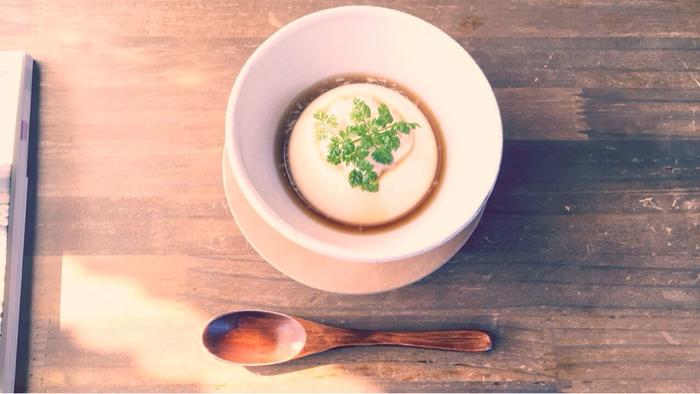 日光ならではのスイーツも。湯葉プリンは、濃厚な豆乳の風味とつるんとなめらかな舌触りが絶妙。やさしい甘さにうっとりしてしまいます。