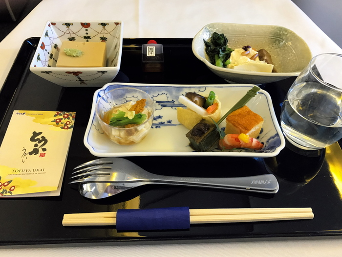 もし、重い食事を避けたい場合は、あらかじめ搭乗する数日前に航空会社サイトからベジタリアンミールやシーフードミールなど、比較的ライトな機内食(特別食)をオーダーしておくのも◎