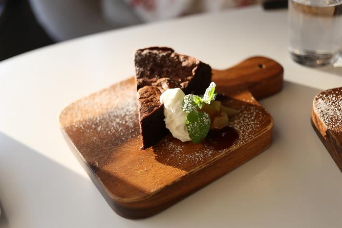 チョコレートをふんだんに使ったガトーショコラは、小さなウッドプレートに可愛らしく盛り付けてあります。コーヒーや紅茶に合うので、食後のデザートや観光のひと休みにいかがですか?