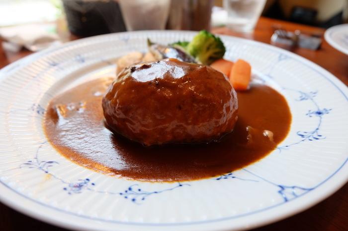 「とちぎ和牛大田原産ハンバーグランチ」は、ボリューム満点。粗びきのひき肉は、ナイフを入れると肉汁があふれ出てきます。自家製の濃厚なデミグラスソースもハンバーグを引き立てていて、お肉の旨みが堪能できます。